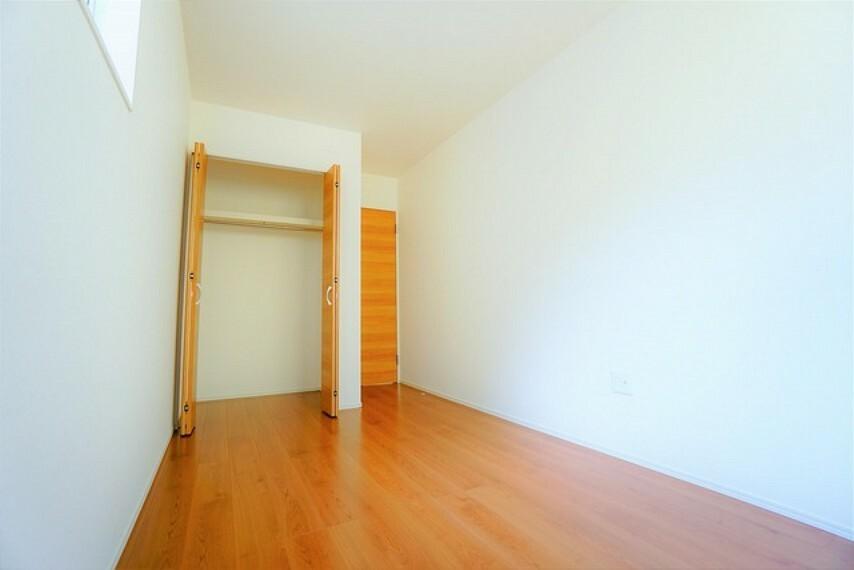 寝室 各部屋に収納があります。 クローゼットもあり荷物もすっきり片付けられ、ゆとりのある暮らしが出来ます^^