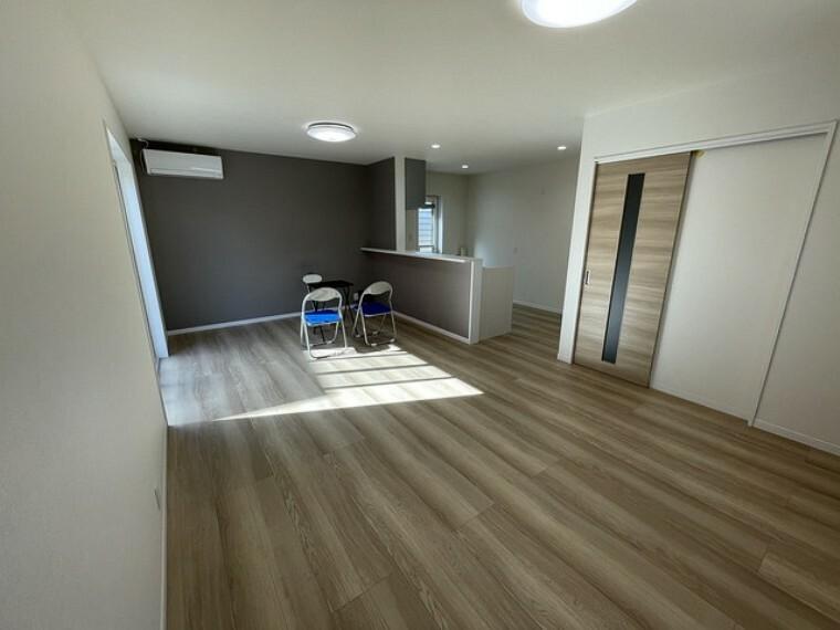 居間・リビング おしゃれで過ごしやすいリビングです。対面式キッチンを中心としたリビングダイニングで家族の会話が弾みそうです。