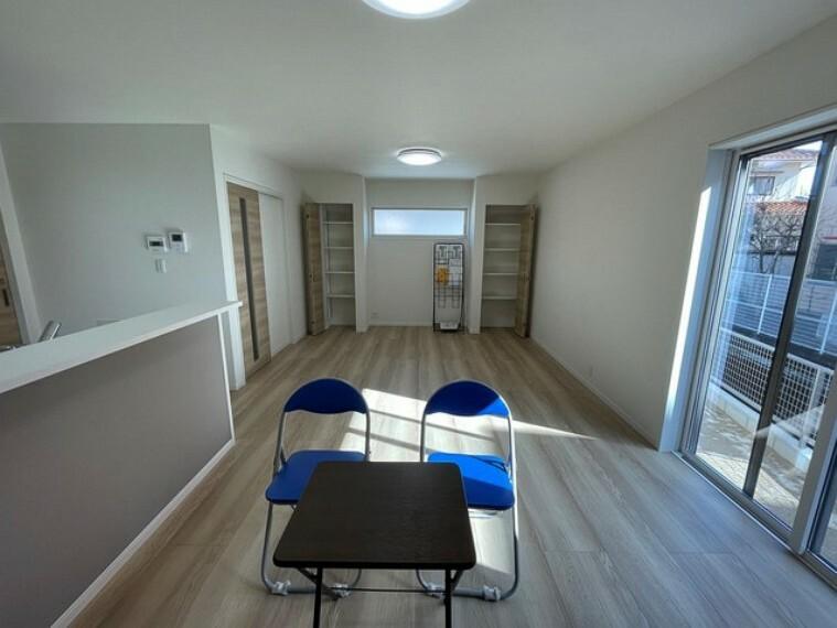 居間・リビング 大きな窓のあるリビングは、陽光あふれる明るい空間です。断熱性に優れるLow-E複層ガラスだから、冷暖房の効率もアップ。居心地良く、ご家族皆がゆったり寛げる憩いの空間となりそうです。