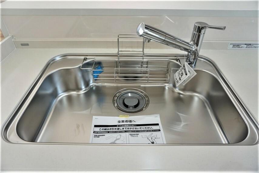 キッチン 大きなお鍋も楽々洗える幅の広いシンクです^^ステンレスシンクなので簡単にお掃除できますよ。