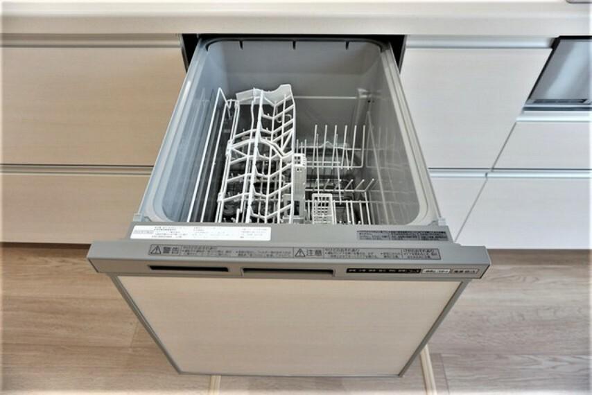 キッチン 炊事時間を大幅に短縮できる食器洗浄乾燥機付き。洗い物で手荒れの悩みもなくなります^^洗浄水噴射力は高さ2m。食器の間や調理器具の細かい目にも水流が届きます。