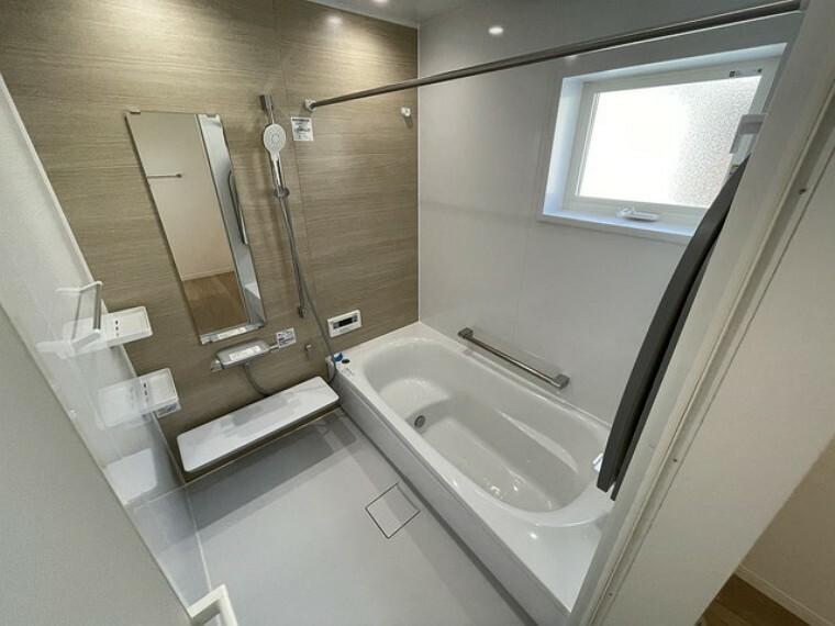 浴室 気密性が高く、浴室暖房乾燥機のついたバスルームなら寒い冬でも快適な入浴を楽しめます。TOTO製オリジナルのほっカラリ床は畳のような感覚でやわらかく、膝をついても痛くありません。