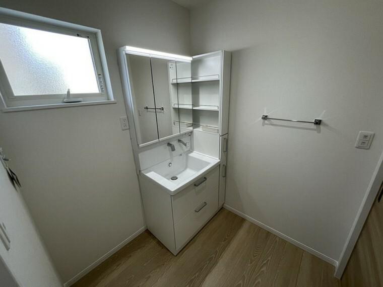 洗面化粧台 大きめの洗面ボウル、シャワー機能付きの水栓、収納スペースなどを備えた多機能型の洗面台。3面鏡で身支度も捗りますね^^