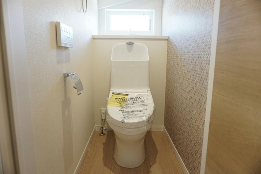 トイレ TOTO製。ウォシュレット、自動洗浄機付きトイレです。節水機能もあるので、安心して使えますね。汚れが隠れる場所を最小限に抑えた「スゴフチ」構造でお掃除も簡単^^