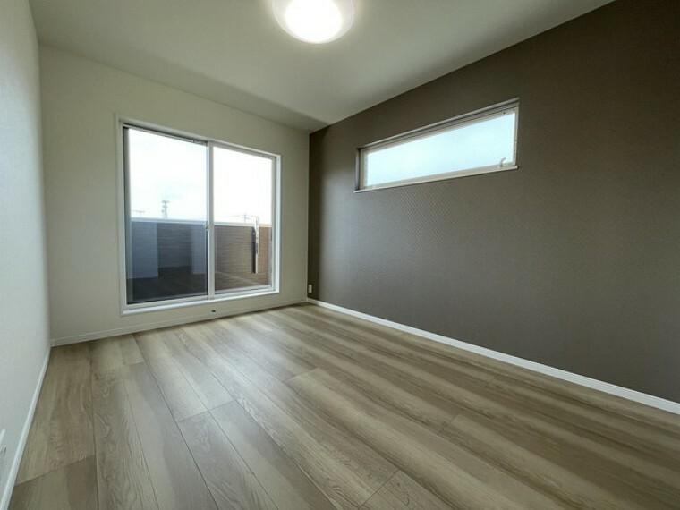 寝室 窓には断熱性・保温性にすぐれ、省エネ効果のあるペアガラスを採用。「アルミ樹脂複合サッシ」で結露も抑制。カビも発生しにくく、住空間を快適に保ちます。
