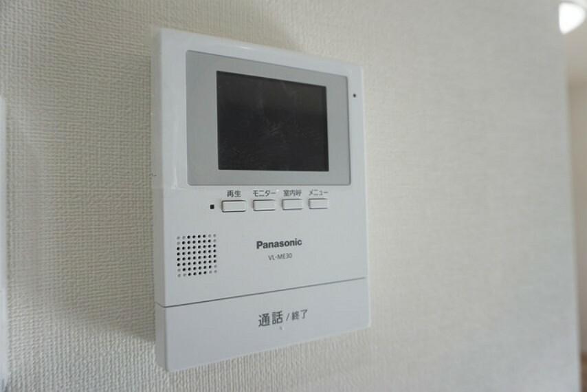 防犯設備 防犯性もばっちり、TVモニター付きインターフォン完備。大きなモニターで玄関先を確認できます。録画機能が付いているので不在時の訪問者も確認できて安心です。