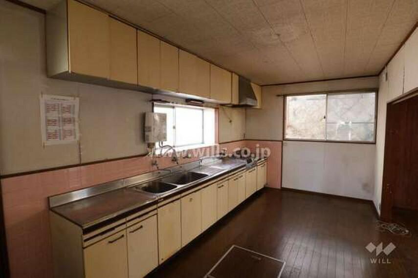 居間・リビング LDK約17帖。LDKが広々しているので、家具の配置もしやすいです。キッチンに窓がついているので、換気が楽々です。