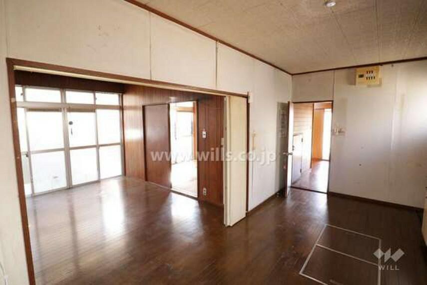 居間・リビング LDK約17帖。窓が大きいので明るいです。3方面に窓があり、風がよく抜けます。