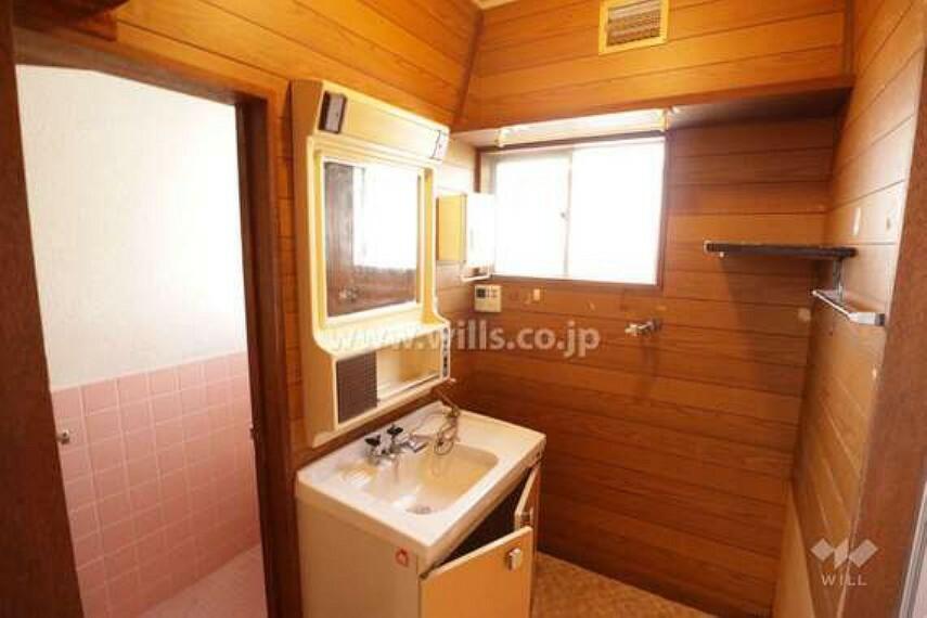 洗面化粧台 洗面室。窓がついているので換気が楽々です。