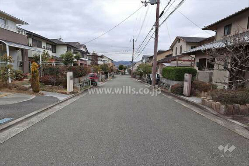 現況写真 前面道路は広々とした幅員の公道。接道幅もしっかりあるため、再建築の際も安心です。周辺は交通量が少ないため、小さなお子様が道路で遊んでいても危なくありません。[2021年2月9日撮影]