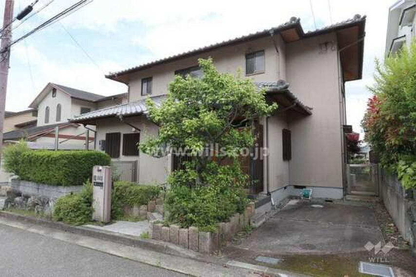 外観写真 物件外観(西側から)純和風の日本家屋のような趣のある一戸建てです。周辺は閑静な住宅街で、区画の整った街並みが特徴。