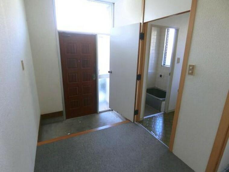 玄関 玄関は明るく、ご家族やお客様を心地よくお出迎え。