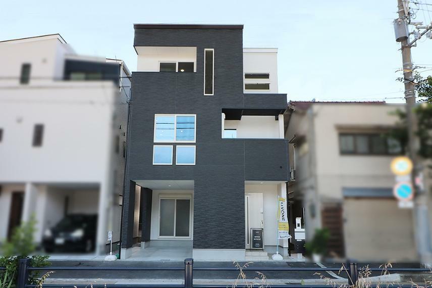 完成予想図(外観) 施工例■シロとクロでシンプルに仕上げた外観。窓の配置をバランス良く考えたスクエアなカタチ。
