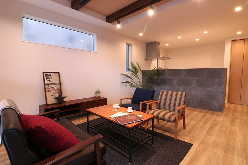 居間・リビング 施工例■折り上げ天井と化粧梁で、上品でありながらかっこいい空間に。