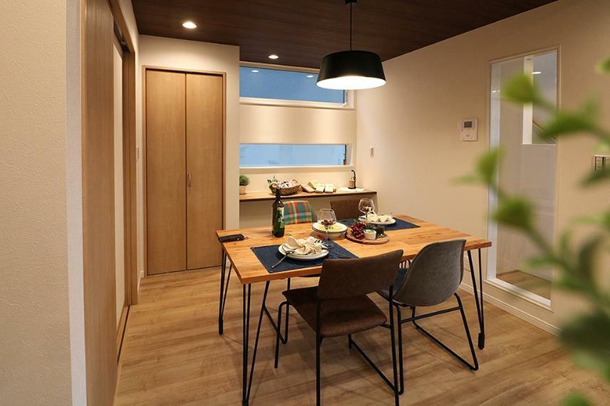 居間・リビング 施工例■大ぶりのペンダントライトをダイニングテーブルの中央になるように配置。キッチン横にある為、配膳もラクラクです。