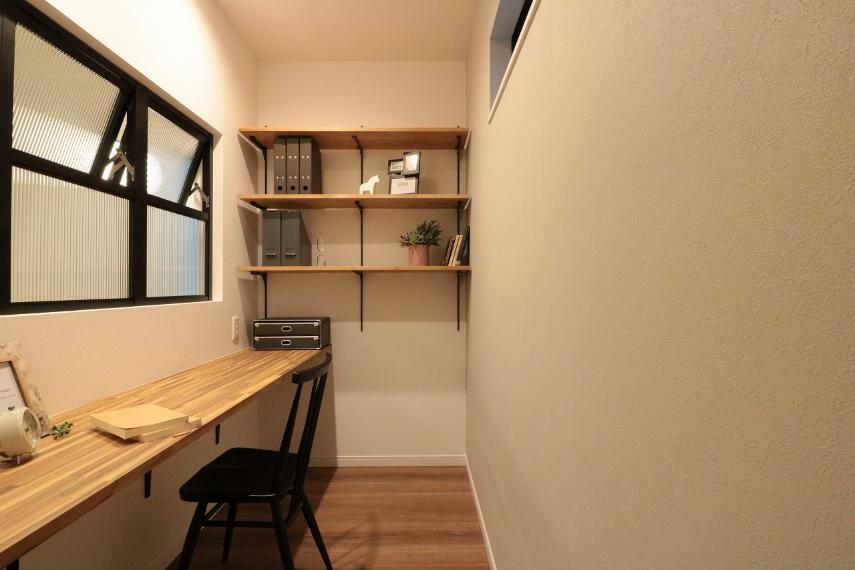 居間・リビング 施工例■キッチンそばのカウンタースペースは、ママのお仕事スペース、子供の宿題スペースなど、ママから目の届く便利な多目的スペースに。