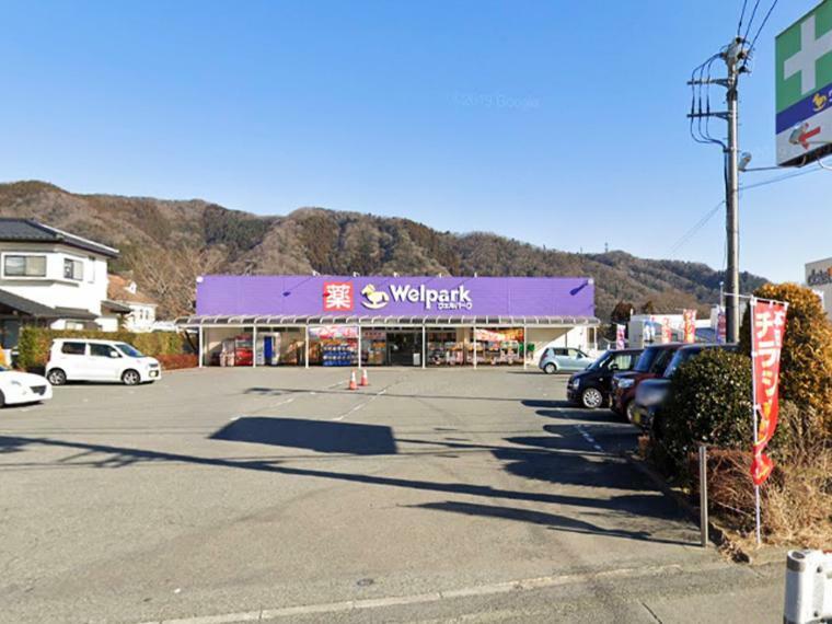 ドラッグストア 【ウェルパーク津久井店】 駐車スペースが大きな薬局。生活の備品購入に便利です。