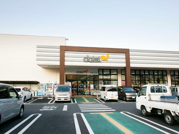 スーパー 【ダイエー津久井店】 駐車スペースが大きなスーパー。現地から徒歩3分でとても便利です。
