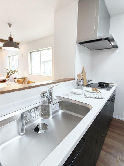 キッチン キッチン脇に小窓がついているので、明るさと開放感のある空間となっています。