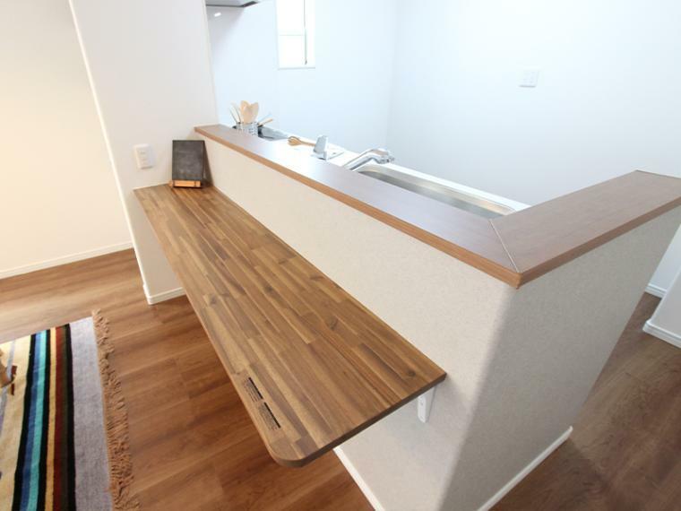ダイニングキッチン カウンター付きのキッチン。椅子を並べて、ちょっとした息抜きのスペース、お子さんの勉強スペースとしても利用できます。