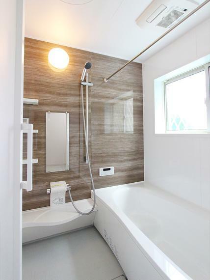 浴室 広々とした窓付きのバスルームは一日の疲れを癒やすゆったりとした空間です。