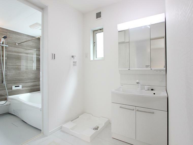 脱衣場 洗面脱衣室にも小窓を設置。閉塞感を解消しています。