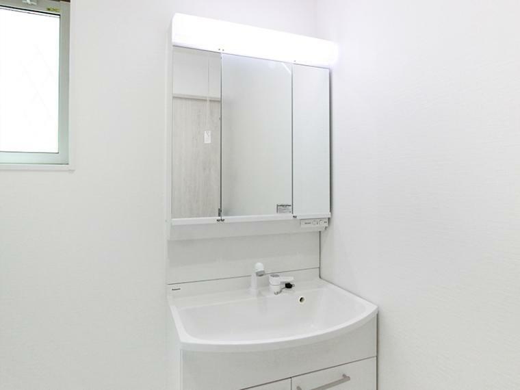 洗面化粧台 洗面化粧台は曇りにくいコーティング加工の三面鏡を採用。 鏡の裏は小物を収納できます。生活感を出さず、スッキリとした暮らし送りたい方をサポート。