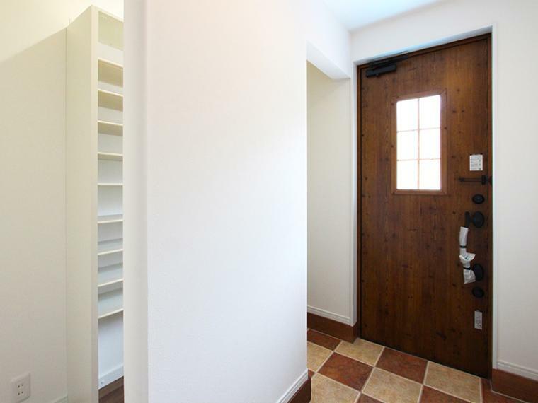 玄関 小窓のついたドアが可愛らしいカントリーチックな玄関。 シューズインクローゼットのある広々とした空間です。