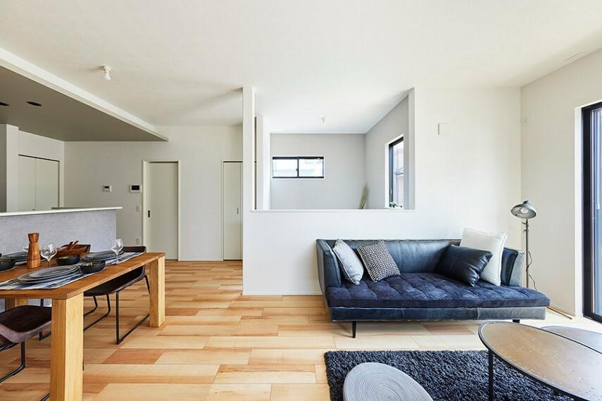 居間・リビング モデルハウス1号棟/リビング  リビングの横に在宅ワークや読書に使える、書斎スペースをごご用意しました。リビングの家族を見守りながら集中できます。(※2021年7月撮影)