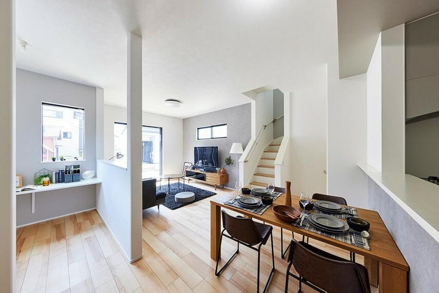 居間・リビング モデルハウス1号棟/DEN  家事をしながらリビングダイニングやDENにいる家族との会話を楽しめる対面式キッチン。子どもの遊びや勉強もキッチンから見守れます。(※2021年7月撮影)