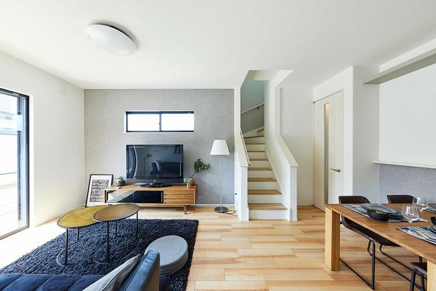 居間・リビング モデルハウス1号棟/リビング  リビングを中心に広がる階段設計。和やかなコミュニケーションが自然に育まれます。(※2021年7月撮影)