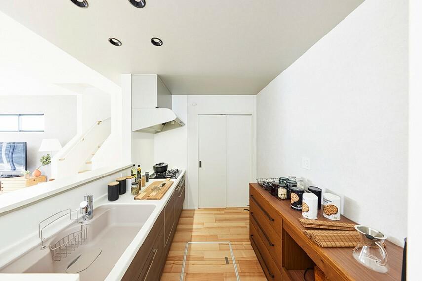 キッチン モデルハウス1号棟/キッチン  キッチンは玄関ホールからもアクセス可能で、快適に家事がはかどる2wayスタイルです。(※2021年7月撮影)