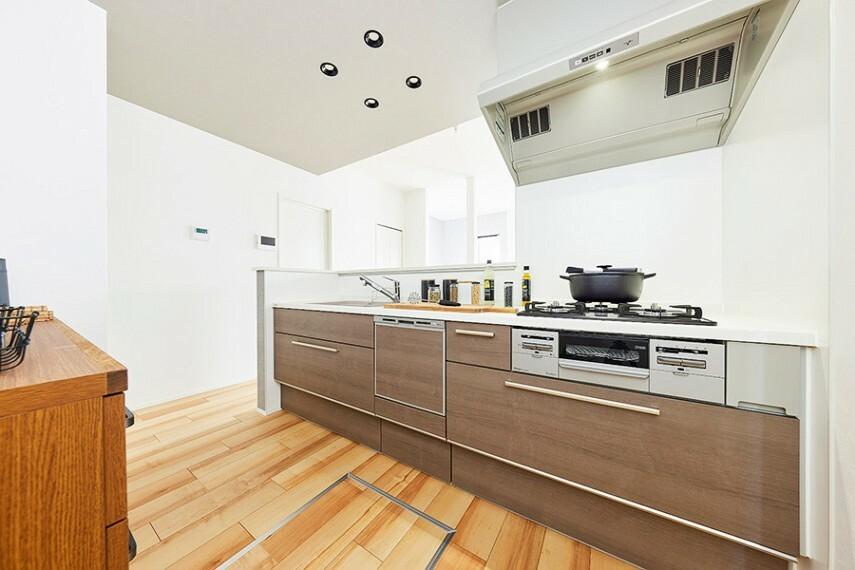 キッチン モデルハウス1号棟/キッチン  豊富な収納力で、食器洗い乾燥機付き。落ち着いたデザインのキッチンで楽しく料理ができます。(※2021年7月撮影)
