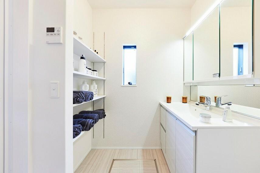洗面化粧台 モデルハウス1号棟/洗面所  ゆとりある洗面スペースとスタイリッシュなデザインが魅力的な洗面化粧台。(※2021年7月撮影)