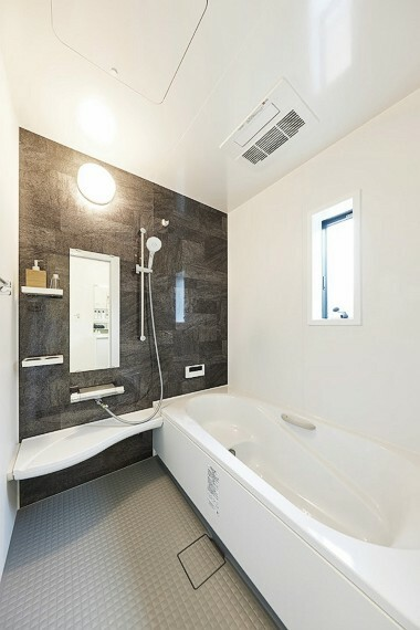 浴室 モデルハウス1号棟/浴室  雨の日に洗濯干しもできる、浴室暖房乾燥機付。広々として浴室で毎日の疲れを癒せます。(※2021年7月撮影)