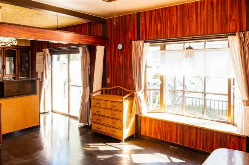 居間・リビング 【リフォーム中】リビング別角度です。南側の大きな出窓とはきだし窓から明るい日差しと心地よい風がリビングにそそぎます。