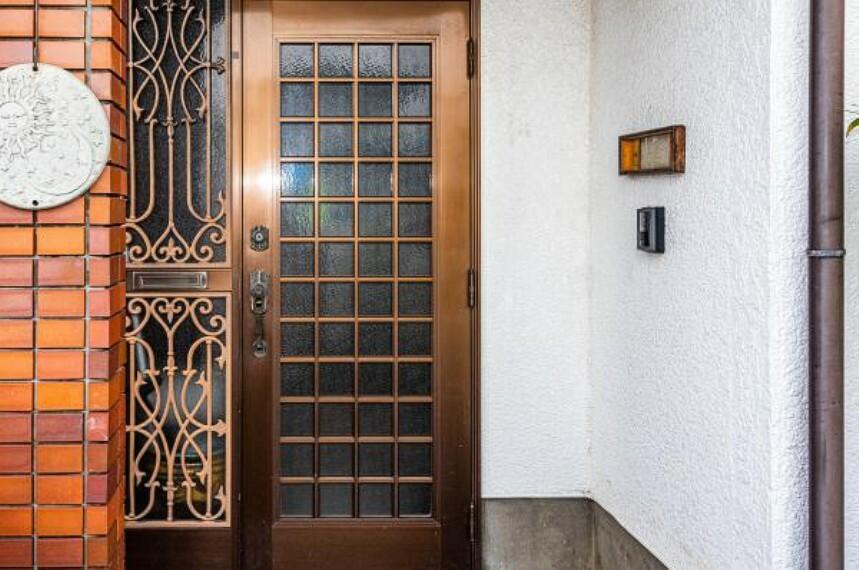 玄関 【リフォーム中】玄関は新品の玄関ドアと交換します。新たにカラーモニター付きのドアホンを設置するので、奥様やお子様のお留守番の時にも安心ですね。