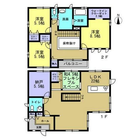 間取り図 【間取り】小上がりのフレキシブルスペースと2階への吹き抜けを備えた22帖のリビングを備えた3SLDK物件。1階には納戸を備えており吹き抜け階段を上がれば1.25坪の広い浴室と3部屋の居室があります。