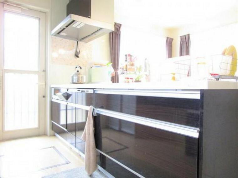 キッチン 2/26撮影【キッチン】非接触型の水栓のついているシステムキッチンでIHコンロ3口を備えています。カウンター式のオープンキッチンで出来立ての料理をすぐに運べて非接触型・IHで衛生的でお掃除ラクチン