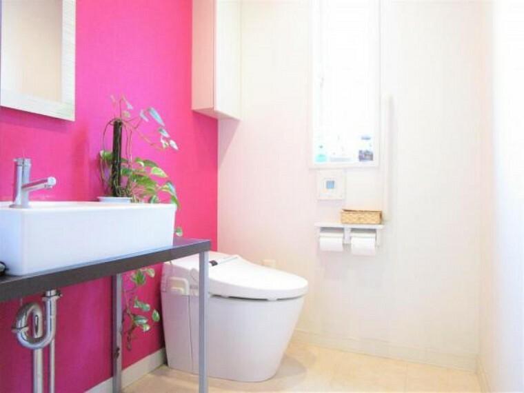 トイレ 2/26撮影【1階トイレ】ビビットでオシャレな清潔感のある仕上がりの手洗い場のついたトイレです。1Fは来客者の利用も多いためアクセントのあるトイレは魅力的ですね。もちろん温水洗浄便座付きの便器です。