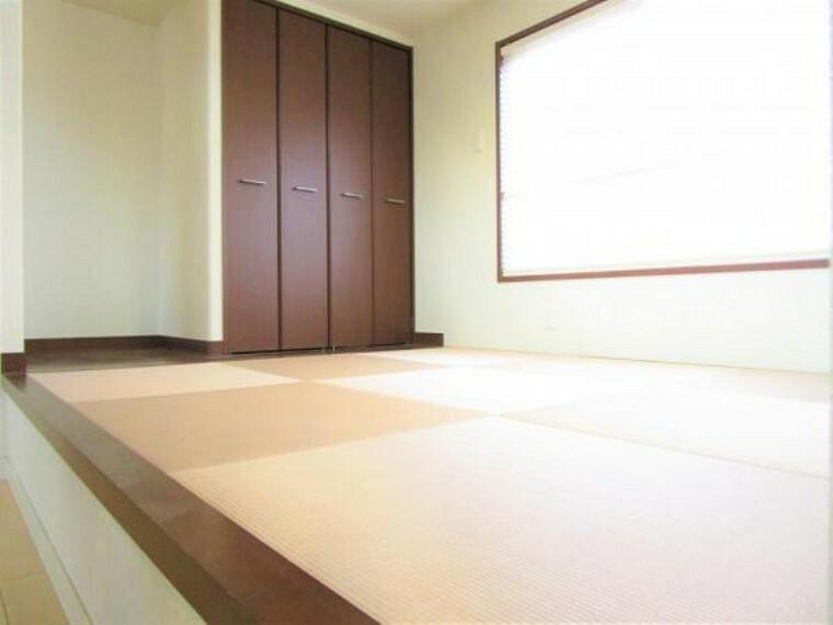 居間・リビング 2/26撮影【リフレキシブルスペース】小上がりのスペースは畳の仕上げになっており、うたた寝してしまいそうな空間。クローゼットも備えられているので普段の生活用品や掃除用具を目立たせず収納できます。