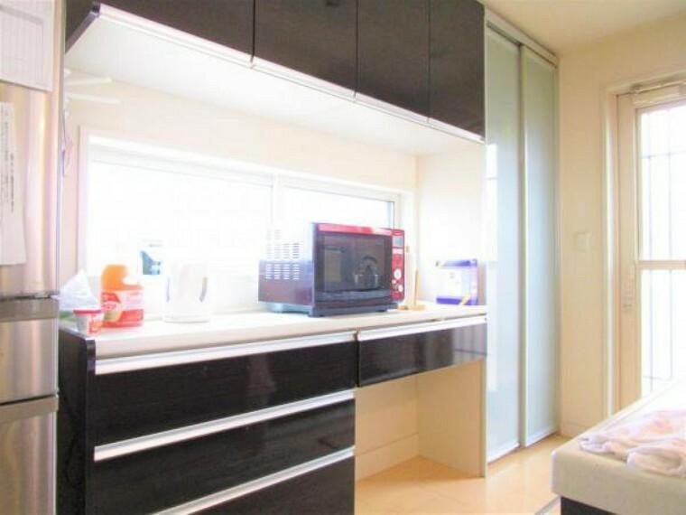 キッチン 2/26撮影【キッチン別角度】キッチン背面には既設の収納棚があります。キッチンと同メーカーで色合いも使い勝手も十分。大きめのレンジや炊飯器もしっかり配置できるゆとりのある仕様で奥様も大満足です
