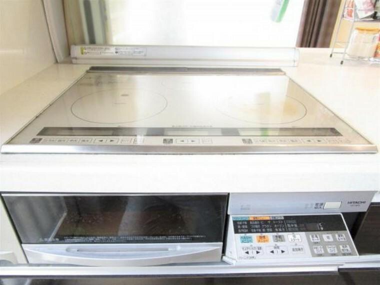 キッチン 2/26撮影【IHガスコンロ】コンロはオール電化仕様のIHコンロがあります。フラットな火力面は吹きこぼれや油跳ねの際のお掃除も楽にしてくれます。火力調整もデジタルでお料理がより一層楽しくなりますね。