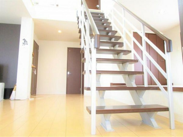 居間・リビング 2/26撮影【階段】リビングの中央には吹き抜けの階段があります。手摺もしっかり備わった階段は朝も夜も気持ちよく家族を各居室へ送り出してくれます。背面板の無いスルータイプの階段なので光も取り込める仕様です