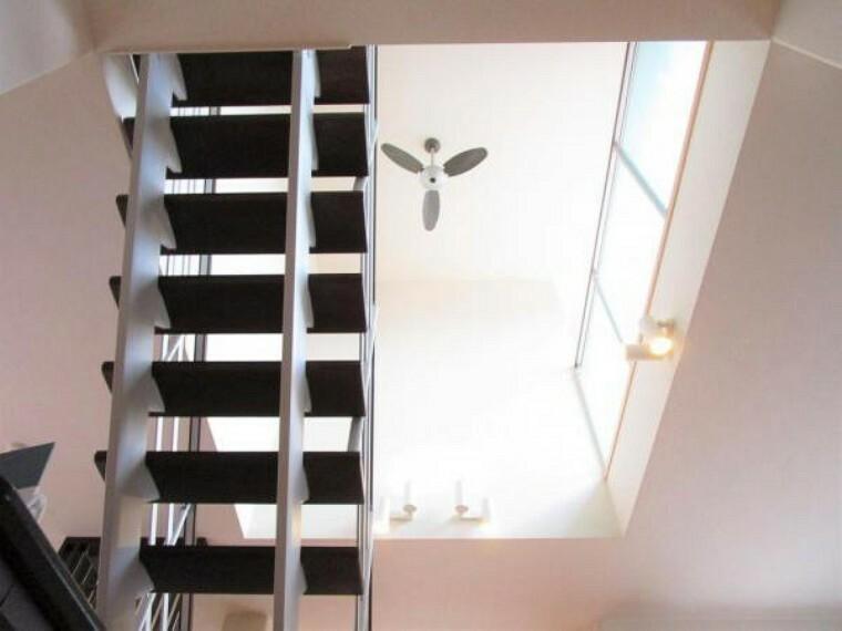 2/26撮影【1階からの吹き抜け】リビングと2階廊下は吹き抜けの仕様になっており高さのある空間。天井には空気循環効率を上げるファンが備えられており、設置されたダウンライトがムーディーに演出します。