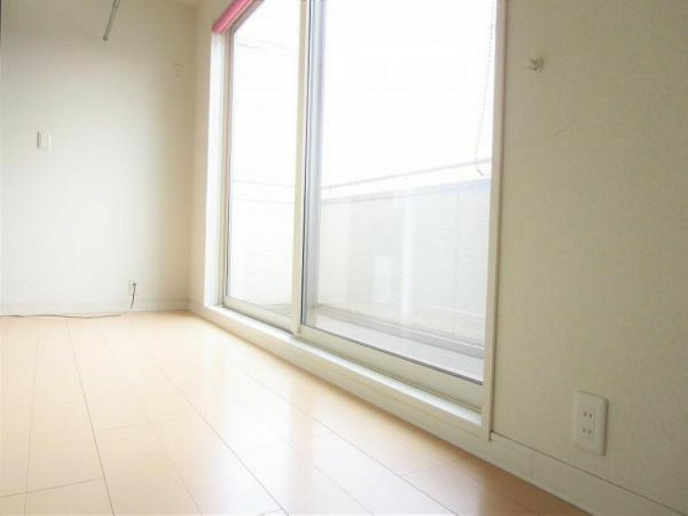 2/26撮影【2階廊下】階段を上がると各居室に繋がる廊下があります。ベランダへの掃き出し窓は大きめの仕様でペアガラスで断熱性能も十分です。南側の大きな掃き出し窓からの温かな光は気持ちよく朝を迎えられます