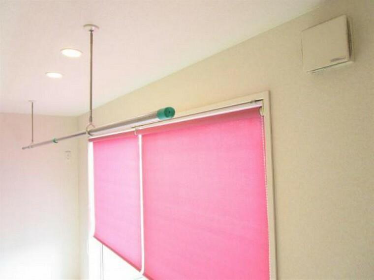 2/26撮影【2階廊下天井部分】ベランダの前の廊下天井には雨の日に嬉しい室内干し用の物干しがついています。ビビットなロールカーテンを下げれば他人に見せたくない洗濯物を干すこともできますね。