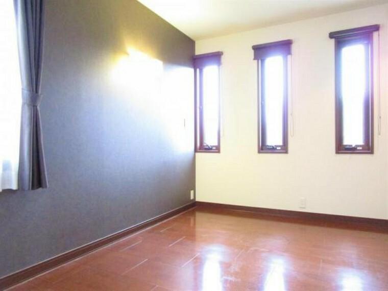 2/26撮影【2階東側8.5帖洋室別角度】メインの寝室南側には3連スリットの窓が設置されています。光をしっかりと取り込みながらも、他人からの目線を抑えられる仕様になっており、壁面のスポット照明が素敵です