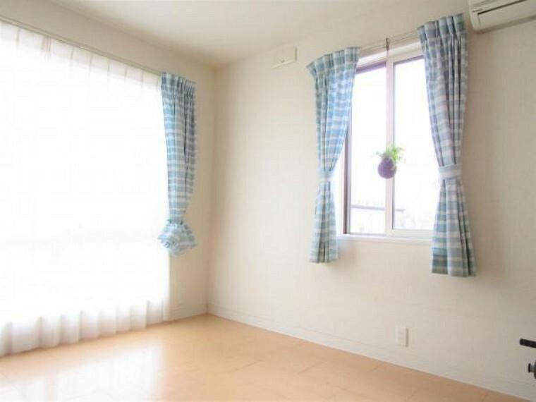 2/26撮影【2階南西側5.5帖洋室別角度】南側に設置されている大きな窓からは明るい光は差し込み、東御の町が見渡せる景色が広がります。寝室とは異なり明るい仕様のフローリングは男女問わず使い易い空間です