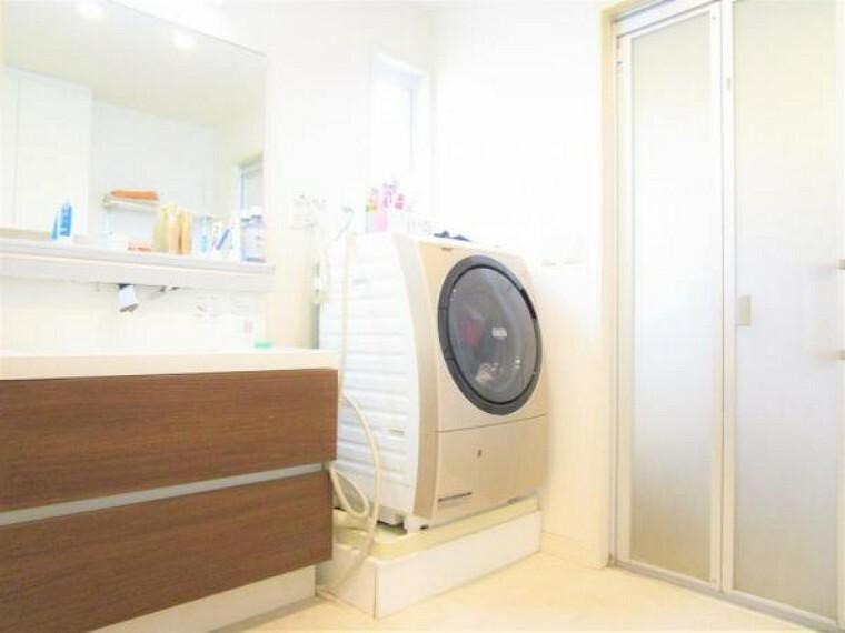 洗面化粧台 2/26撮影【2階洗面所】2階に設置されている洗面所は各居室からアクセスしやすく、90cmの洗面台はシャワーヘッドが付いてるため朝シャンも可能。洗面所は1.5坪のスペースがあり広くお使いいただけます。